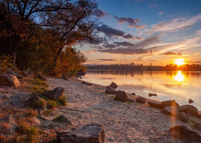 Захід сонця на березі