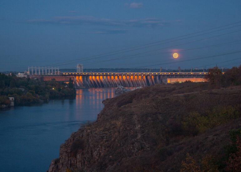 Схід місяця й ДніпроГЕС