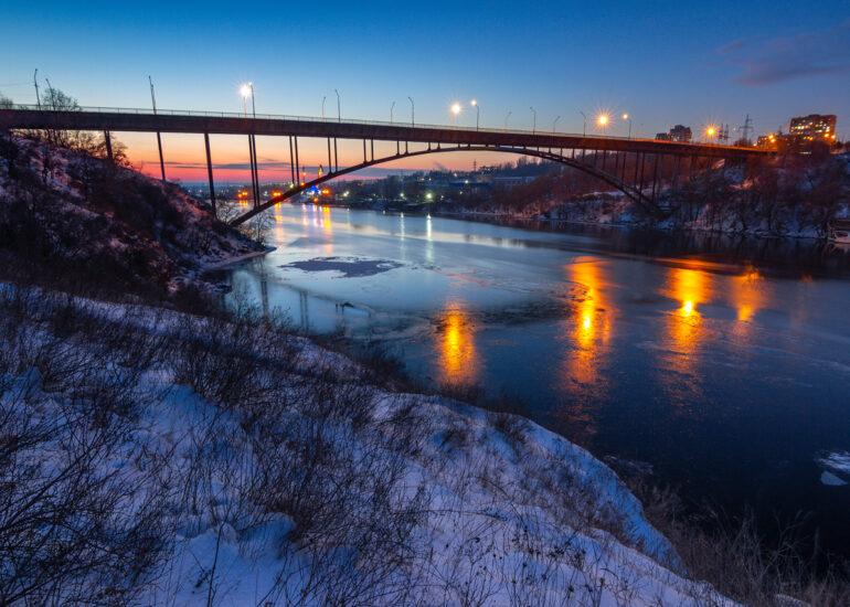 Дніпро замерзає