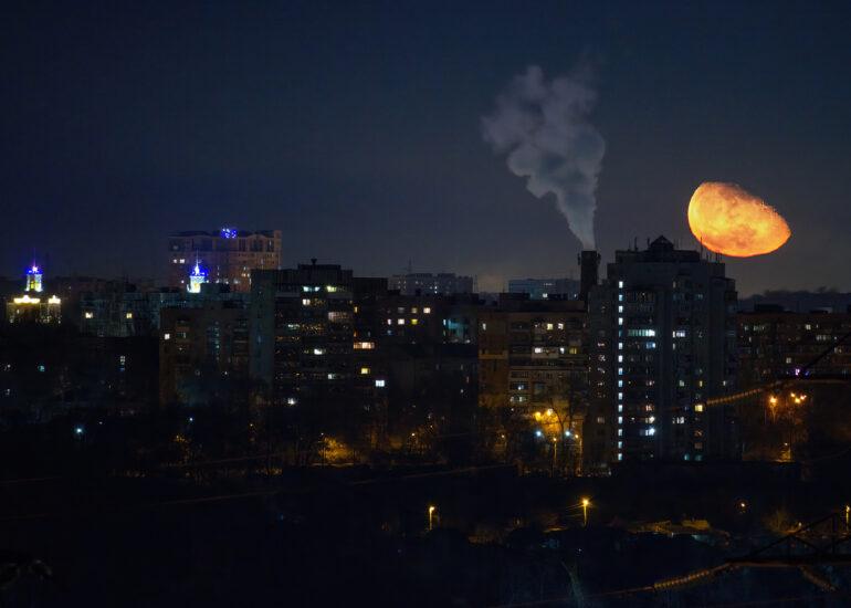 Місяць над містом