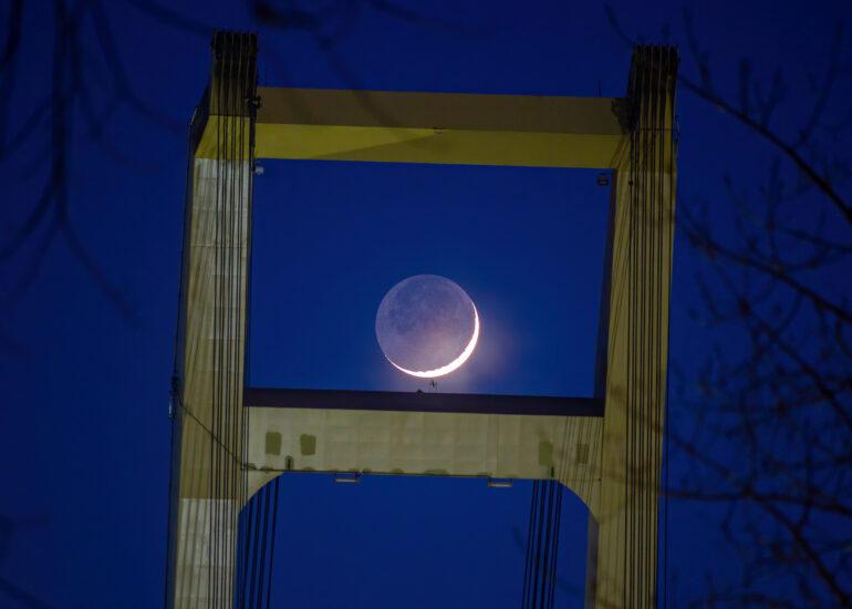 Місяць та Захарій