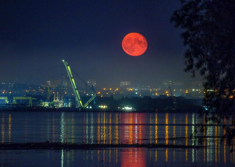 Місяць в дзеркалі Дніпра