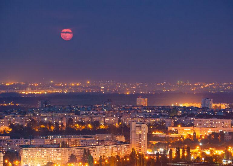 Під багряним Місяцем