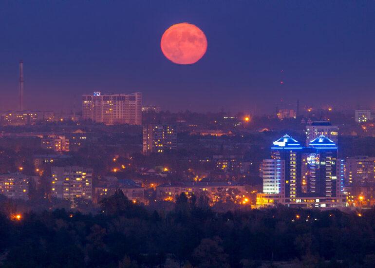 Повний Місяць над містом