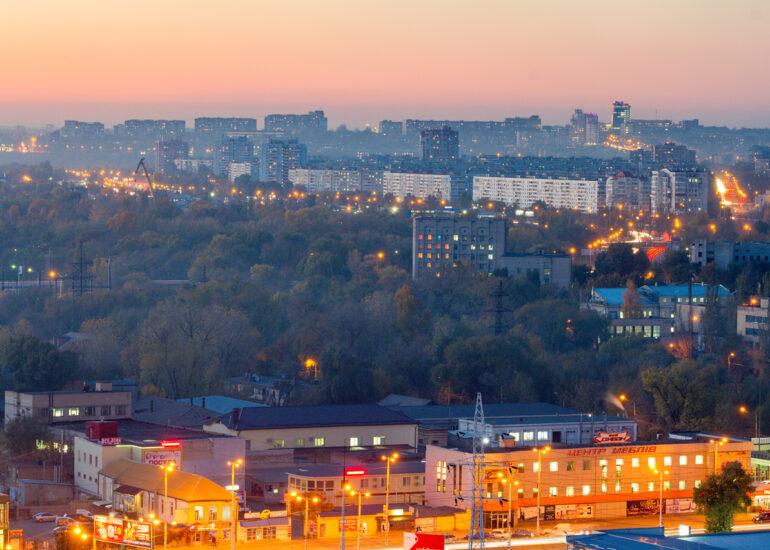 Місто в світлі сутінок