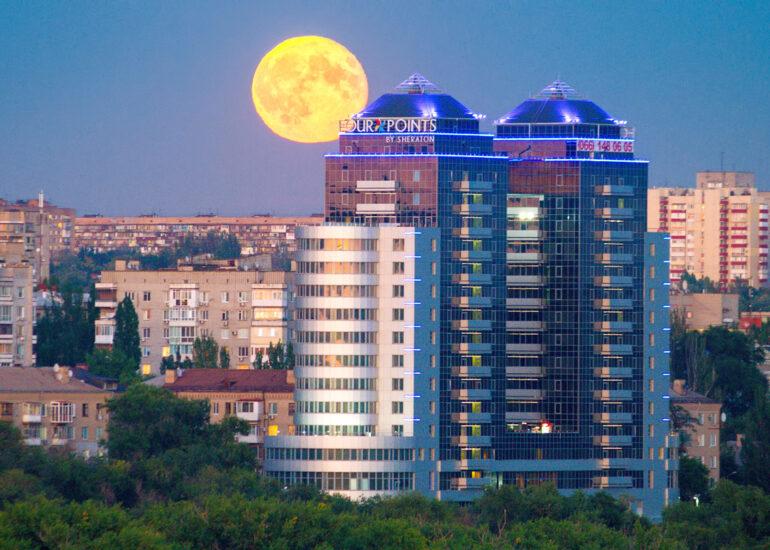 Місяць та вежі