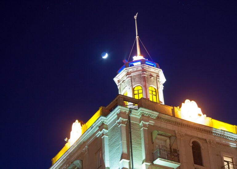 Біля вежі
